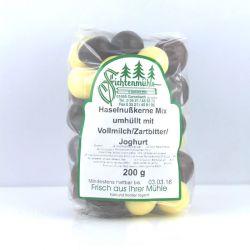 Haselnußkerne in Schokoladen Mix